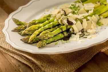 Grønne asparges med parmesan og græskarkerneolie
