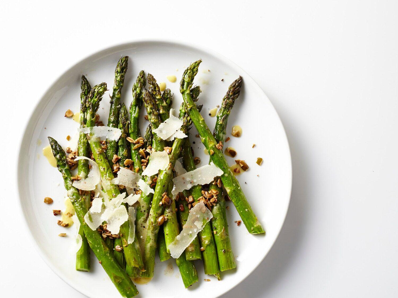 Opskrift med asparges ristede kerner og sennepsvinaigrette