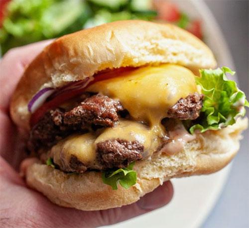 Hjemmelavet burger med sennep
