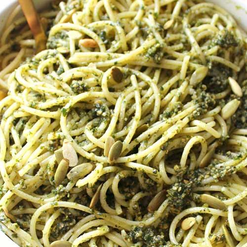 Pasta med basilikum og græskarkerner